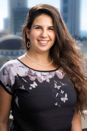 תמונה של מירה רוזנפלד על רקע תל אביב