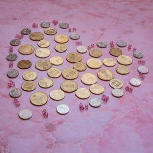 לב מטבעות על רקע ורוד