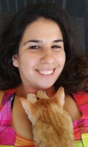 תמונה של מירה עם החתולה הג'ינג'ית המתוקה שלה