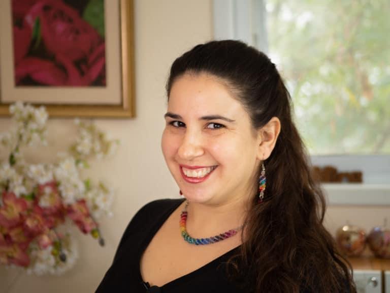 תמונה של מירה בחדר העבודה